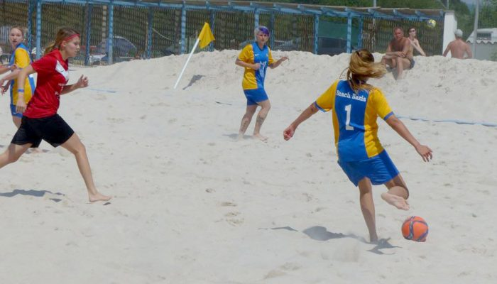 Damenfussball im Sand
